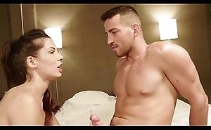 Ella entra en shivering habitación de forma provocativa porque tiene ganas de follar. y el se deja seducir.