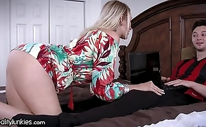 Best friends cougar mom is ravening be worthwhile for my cock!