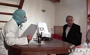Glacial vieille mariee se fait defoncee le cul chez le gyneco en triune avec le mari