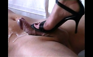 Shoejob - cummed by high heels-